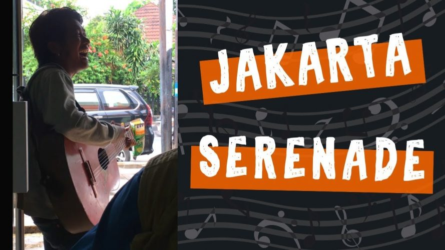 Indonesian Singer Performs in Jakarta Warung Restaurant - Random Lunch Surprise
